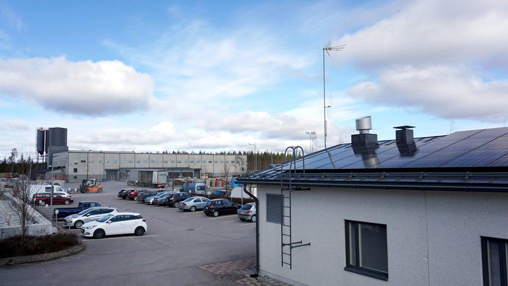 Hollolan toimiston katolle on asennettu 48 aurinkopaneelia. Tulevaisuudessa uusiutuvan energian ratkaisuja otetaan käyttöön muissakin Ruskon Betoni Etelän toimipisteissä.